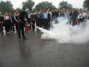 Демонстрация использования индивидуальных средств защиты и первичных средств пожаротушения
