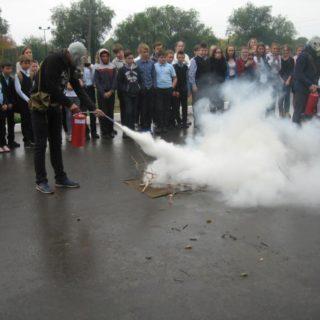 продемонстрировали Порядок использования индивидуальных средств защиты и первичных средств пожаротушения