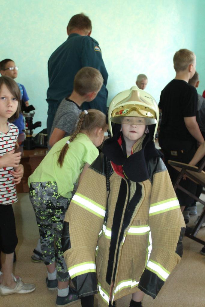 в костюме пожарного